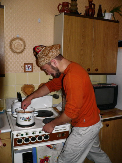 Ваня нашел грелку для чайника ))