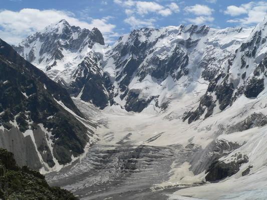Вид на ледник Мижирги <br/><small>Видны (с лева на право): г. Коштан тау, п. Тихонова, пер. Курумкольский провал /3Б/,  п. Курумкол</small>